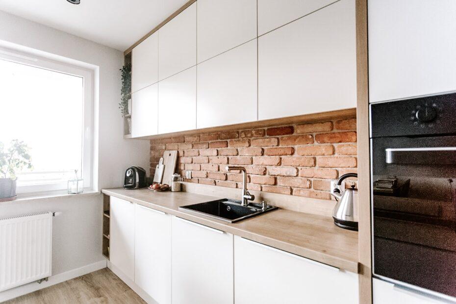 Ceglasta ściana w kuchni