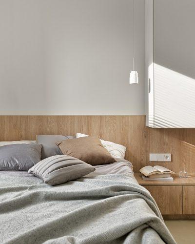 Jasna sypialnia z meblami w zabudowie