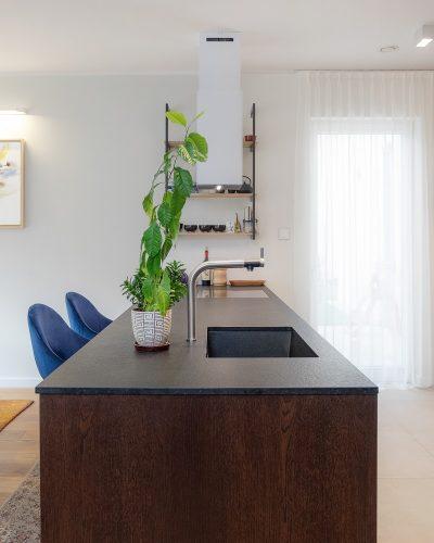 Minimalistyczny salon z kuchnią z blatem z mikrocementu