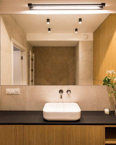 Duże lustro w minimalistycznej łazience